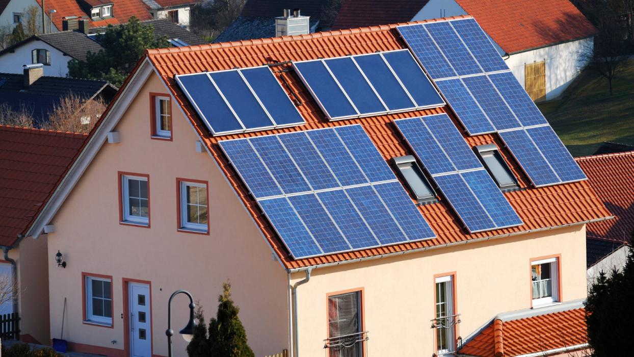 Casi la mitad de los municipios españoles con más de 10.000 habitantes ofrecen descuentos en el IBI si instalas autoconsumo fotovoltaico